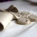 Отделяем остатки глины от аромамедальона